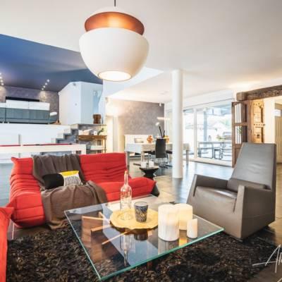 Décoration intérieure : Plafond peint en gris foncé, style contemporain, canapé Togo, luminaire Here comes the sun DCW