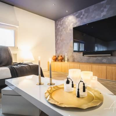 Décoration intérieure : un salon haut en couleurs, aménagement sur mesure sous écran