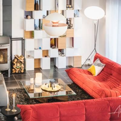 Décoration intérieure : un salon haut en couleurs, canapé Togo rouge
